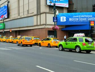 Taxi verde vicino a uno giallo a New York