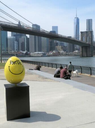 Uovo di Pasqua giallo in New York