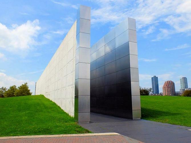 Empty Sky Memorial nel New Jersey - Vista laterale