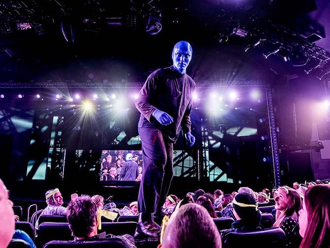 Biglietti per Blue Man Group a New York - Blue Man sulle sedie