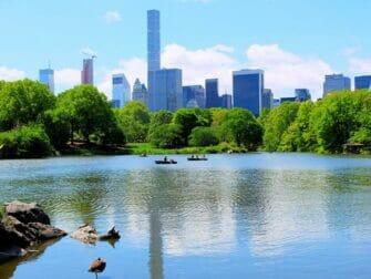 Noleggiare una barca a remi in Central Park - The Lake