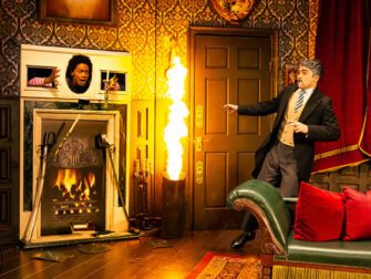 Biglietti per The Play That Goes Wrong a New York - Incendio